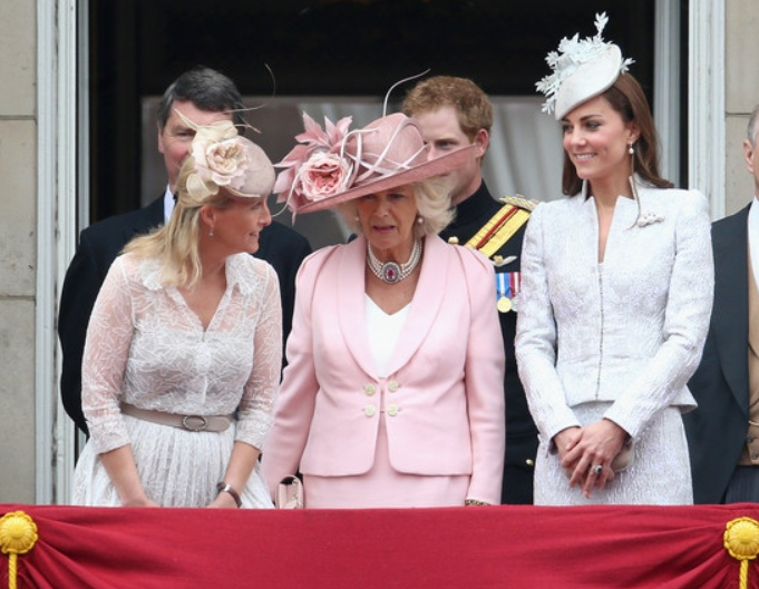 kate-camilla-balcon-trooping