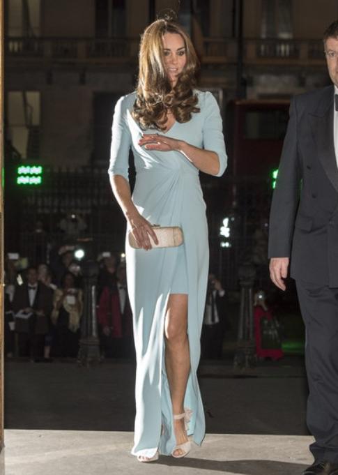 kate-enceinte-jambes-robe-jenny-packham-bleu-layette