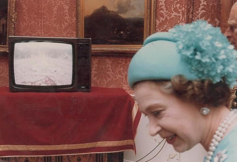 Une coiffe rétro extraite de la grande collection du manège à chapeaux