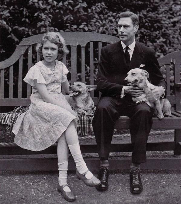 Le roi, la princesse héritière et les corgis dans le jardin royal en 1936