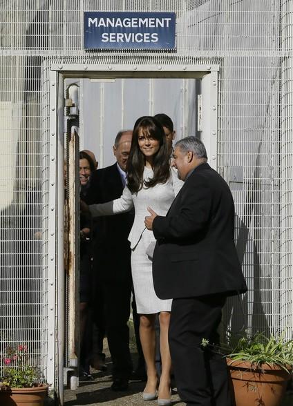 La duchesse accueillie par le directeur de la prison