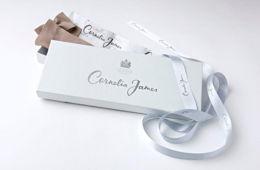 Une boîte gris perle et du bolduc en satin
