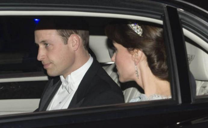 Un couple sérieux concentré sur sa mission royale