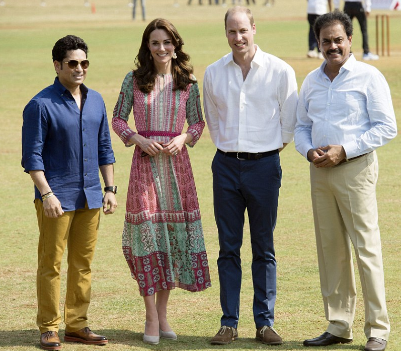 K&W posent avec le champion de cricket à gauche sur la photo