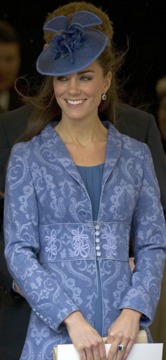 kate-manteau-brocart-tapisserie-anniversaire-prince-philip-windsor