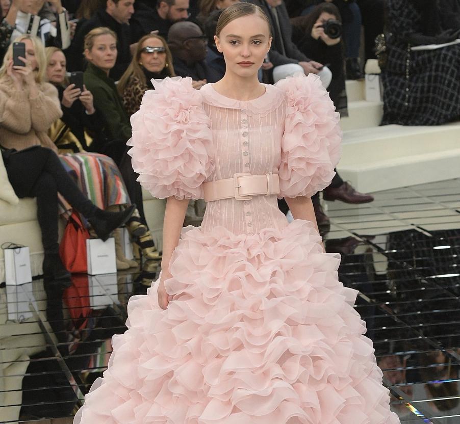 lily-rose-depp-mariee-chanel-fashion-week-ete-chanel-robe-princesse