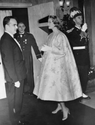 1956 enceinte de la princesse Caroline la princesse Grace porte le manteau Bal de printemps collection haute couture printemps-été