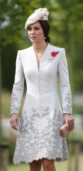 Chapeau Jane Taylor et broche en perles et diamants empruntée à la reine