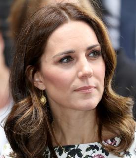 Kate arbore des BO et un collier en ambre, la pierre iconique de la Pologne, un cadeau de la First Lady