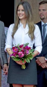 princesse-sofia-suede-robe-noir-blanche-sandro