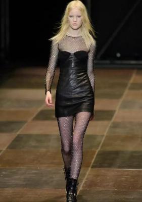 Le plumetis en strass avec une robe de bombe