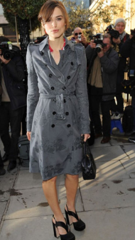 Keira en trench gris Burberry