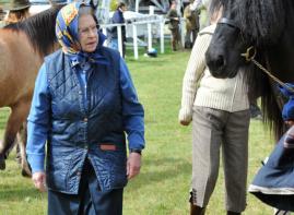 La reine en mode casual: fichu de soie et veste matelassée