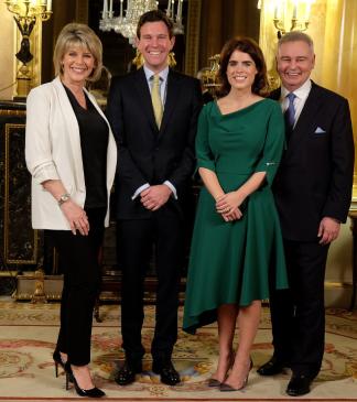 Interview pre-wedding accordée à ITV. Les fiancés posent entourés des deux journalistes