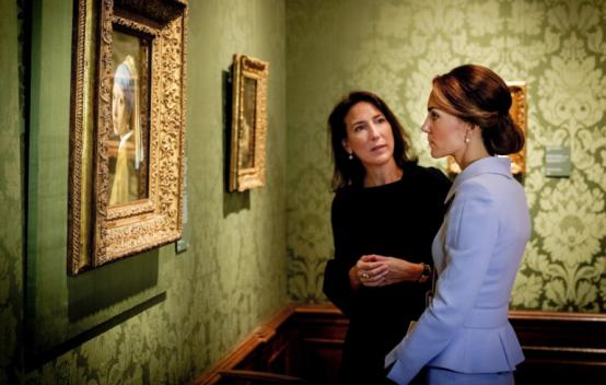 """La duchesse de Cambridge admire """"La jeune fille à la perle"""""""